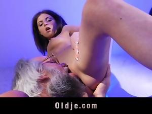 Old man and hot brunette bathroom hardcore