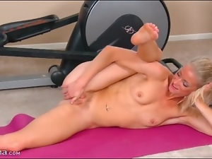 Fit naked blonde babe Bella Bends fingers pussy