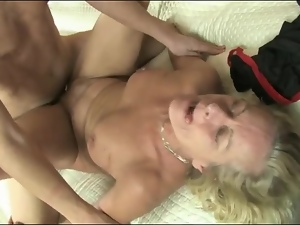Mature gives condom blowjob and gets fucked
