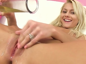 Blonde hottie loves her own pee