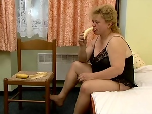 Fat blonde Jenna enjoys pounding her fugly hairy cunt with a banana