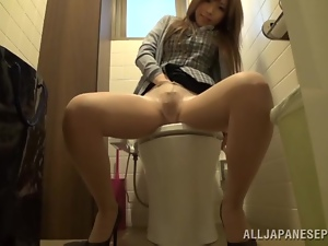 Such a hungry chick Miu is masturbating in the toilet