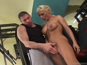 Sporty blonde chick with big nipples gets fucked in a gym