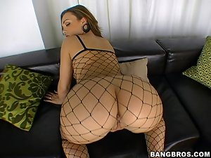 Krystal Jordan gives hot blowjob and gets fucked on a bed