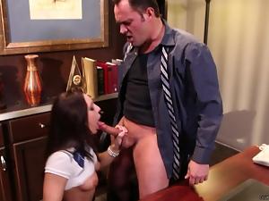 Gracie Glam spreads her lips round this stiff cock