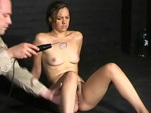 Worn out chick does pain play in dungeon