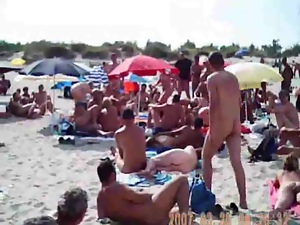 Voyeur cam catches a beautiful girl at a nude beach
