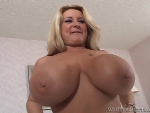 Curvy mom with huge tits licked in bed