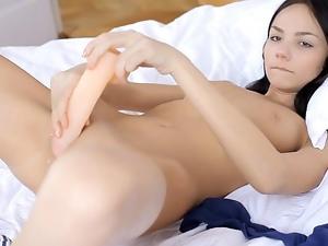 Hottie stimulates clit
