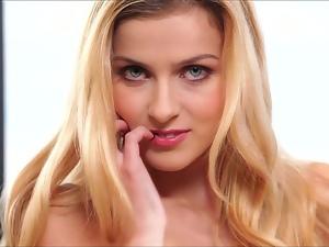 Stunning blonde abigaile johnson masturbates