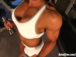 Bodybuilder strips as she works out