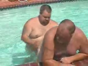 Gordos en la piscina