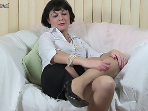 Kinky English slutty mom working her twat