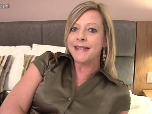 English mature whore find enjoyment in playing with herself