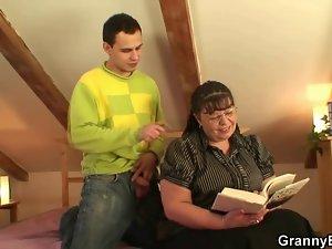 Bookworm vixen gets her heavy cunt crushed