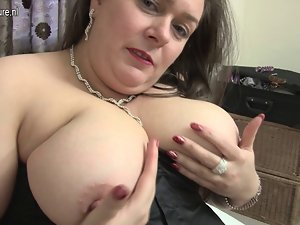 Big English mature whore loves playing with herself