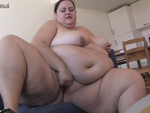 So Plumper lady loves getting sensual by herself