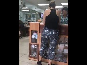 Milf jiggling ass in leggings