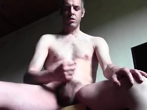 Bello, nudo, molto dotato e con la sborrata mostruosa! Non ci credi? Clicca