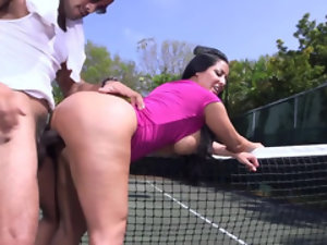 Curvaceous Latina is enjoying passionate banging on the tennis court