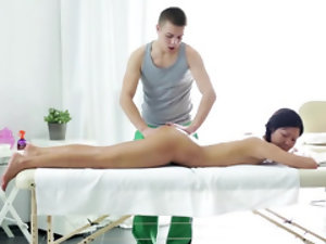 Dazzling oriental chick discovers new method of massaging